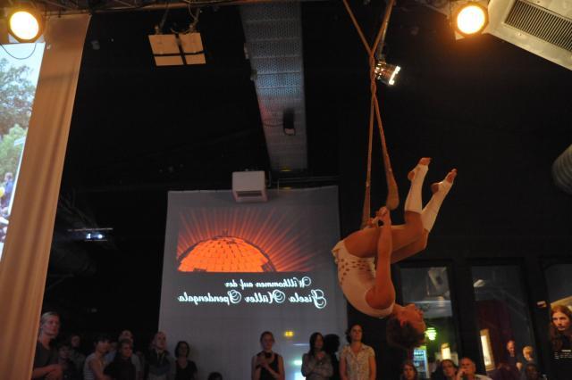 Showeinlage durch die Trapez-Artistin Dajana Elsté