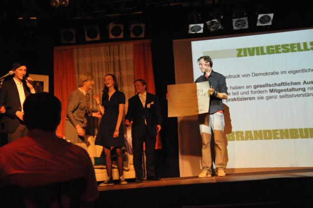 """Spendenübergabe an das Projekt """"Ausbau Multifunktionsraum"""" im Projekthaus Potsdam durch Kay-Uwe Kärsten"""